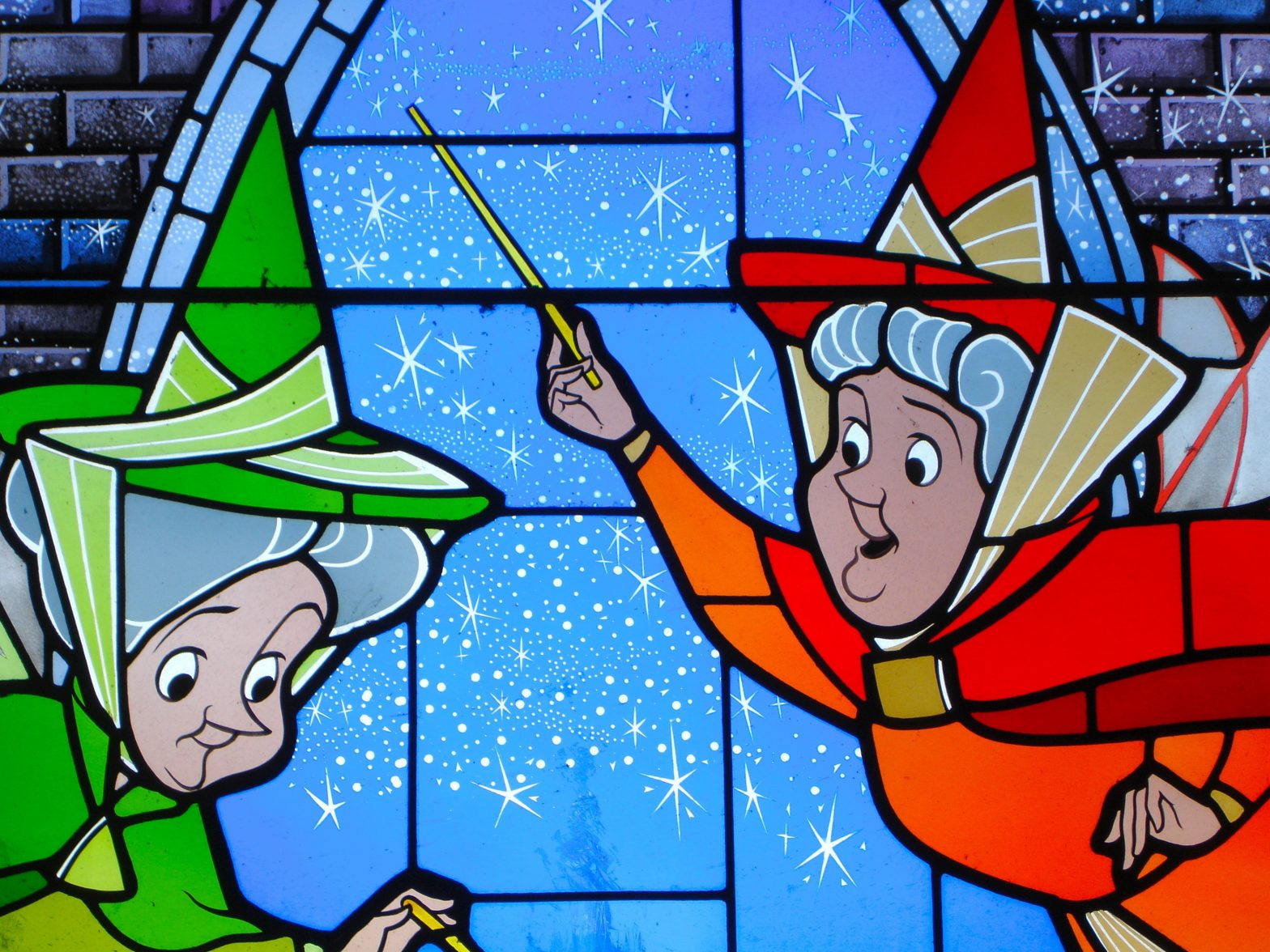 En la imagen destaca aparece una secuencia de la película Cenicienta de disney de dibujos animados, aparecen dos hadas madrinas. Esta imagen ilustra cómo uno de los trabajos que proponemos en nuestra guía de supervivencia para encontrar el trabajo ideal es trabajar en Disneyland Paris.