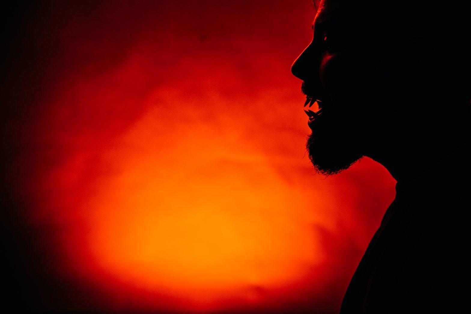 Imagen de un hombre lobo sobre un fondo naranja. Representa los monstruos o personas tóxicas con las que trabajamos.