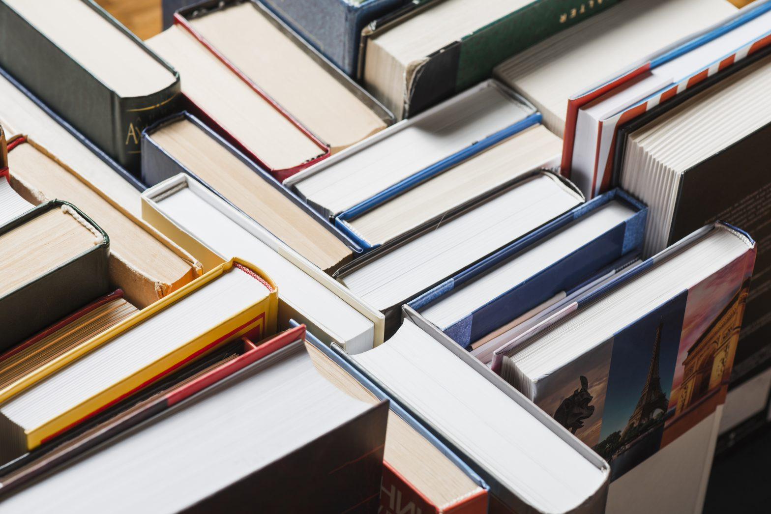 Libros apilados que representan como seguir estudiando