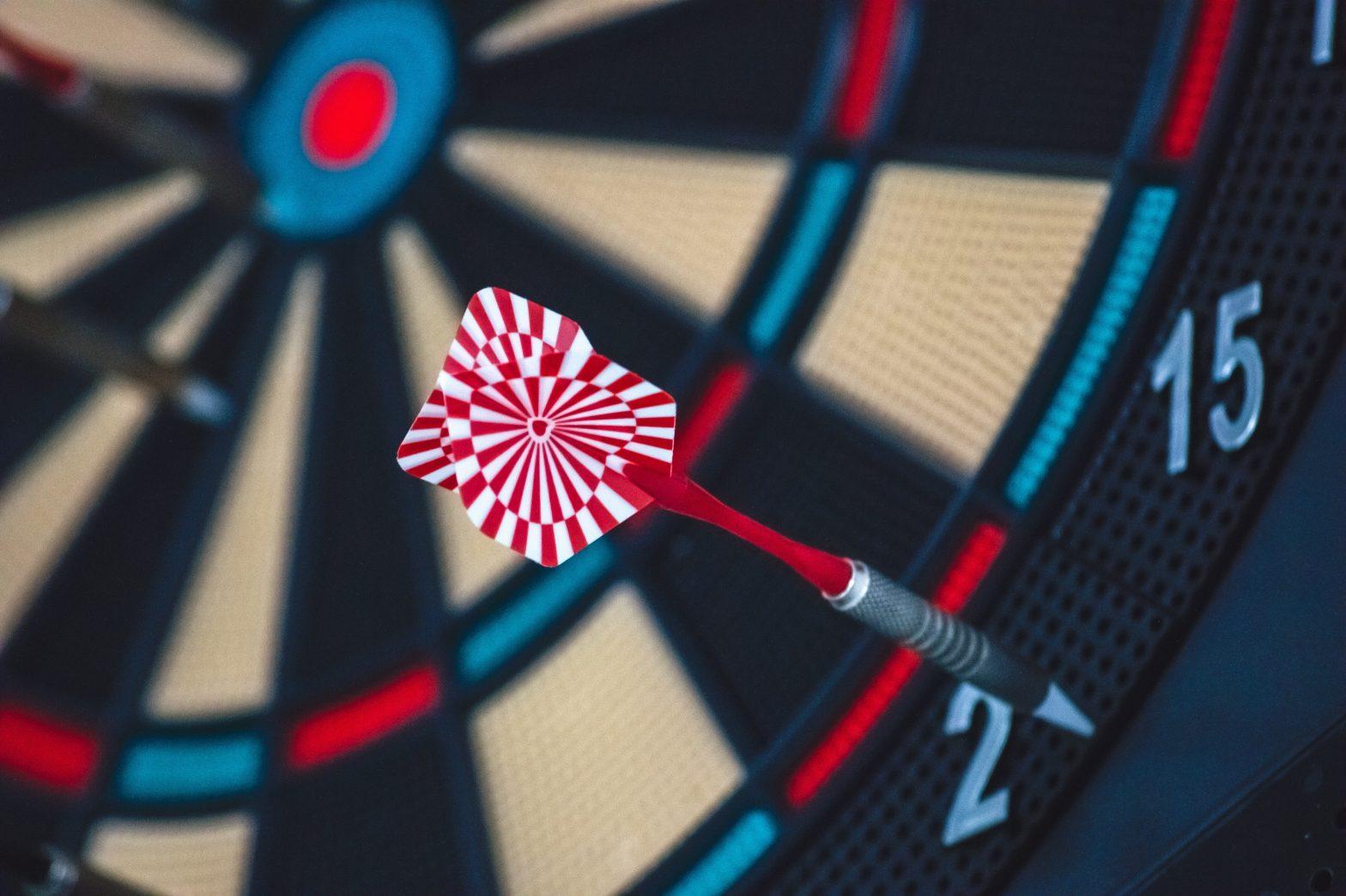 Aparece una diana con un dardo. Simboliza como alcanzar tus objetivos profesionales.