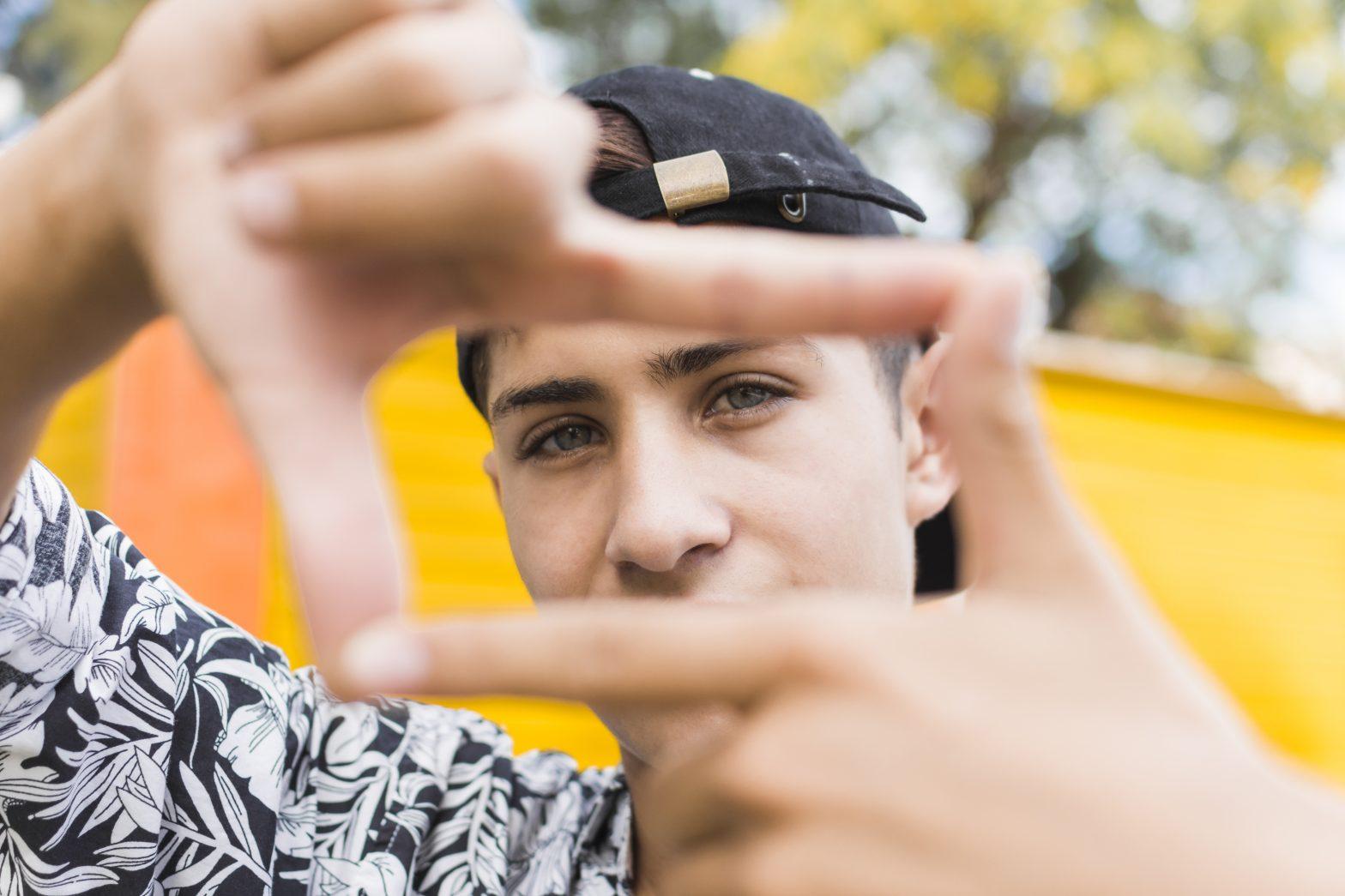 Chico joven de gorra que representa a la generación millennial y centenial